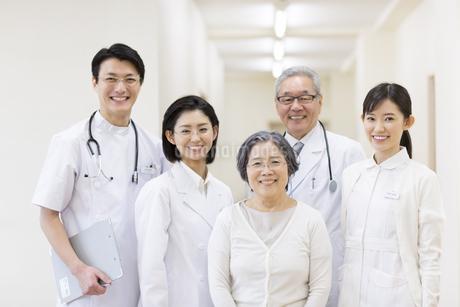 笑顔のシニア女性と医師たちの写真素材 [FYI02967430]