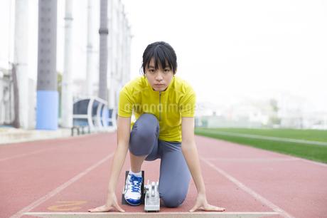 クラウチングスタートをする女子学生の写真素材 [FYI02967435]