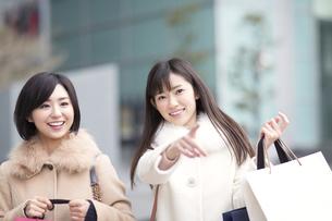 街で買物を楽しむ2人の女性の写真素材 [FYI02967438]