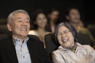映画を観るシニア夫婦の写真素材 [FYI02967439]