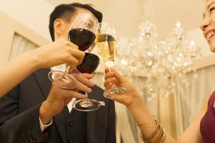 パーティーで乾杯する男女の写真素材 [FYI02967445]