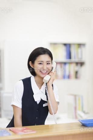 電話をする制服姿の女性の写真素材 [FYI02967447]
