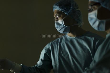 手術着を着た男性医師たちの写真素材 [FYI02967450]