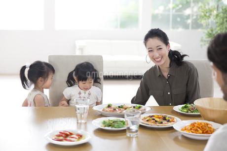 ダイニングテーブルで食事を楽しむ親子の写真素材 [FYI02967452]