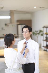 出勤前にネクタイを締めてもらう夫の写真素材 [FYI02967459]