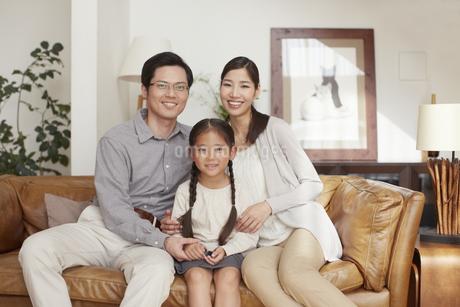 ソファーに座る3人家族の写真素材 [FYI02967461]