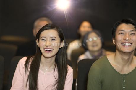 映画を観るカップルの写真素材 [FYI02967463]