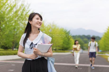 キャンパスを歩く女子学生の写真素材 [FYI02967466]