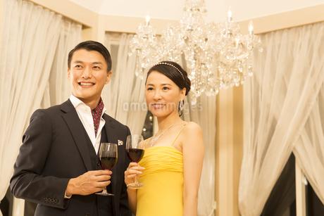 ワインを手に微笑む男女の写真素材 [FYI02967467]