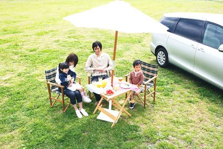 草原でピクニックを楽しむファミリーの写真素材 [FYI02967469]