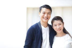 肩を寄せて笑顔の夫婦の写真素材 [FYI02967471]