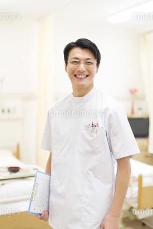 カルテを持つ男性看護師の写真素材 [FYI02967472]