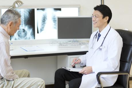 患者に問診をする男性医師の写真素材 [FYI02967475]