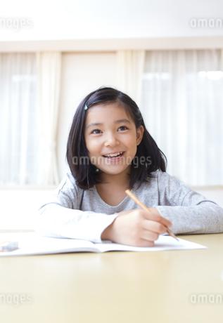 ノートに字を書く女の子の写真素材 [FYI02967476]