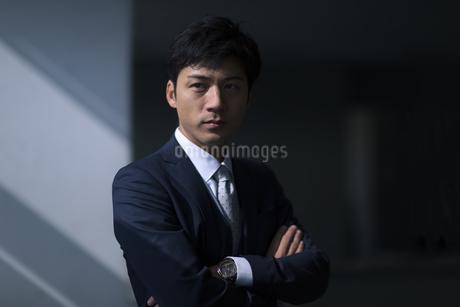 オフィスで腕を組むビジネス男性の写真素材 [FYI02967477]