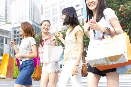 買物中に街を歩く4人の女性の写真素材 [FYI02967479]