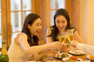 シャンパンで乾杯をする女性達の写真素材 [FYI02967485]