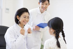 女の子に聴診器をあてる女性医師の写真素材 [FYI02967489]