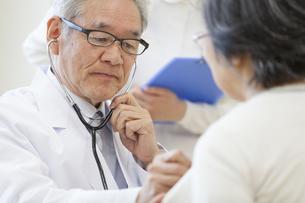患者に聴診器をあてる男性医師の写真素材 [FYI02967491]