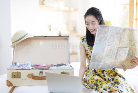 旅行の準備をする微笑む女性の写真素材 [FYI02967499]