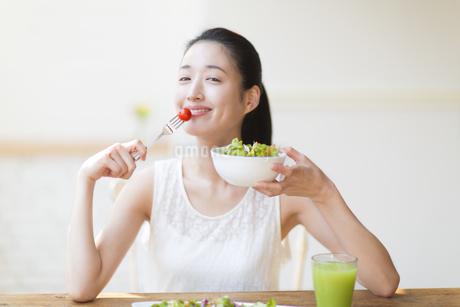 サラダを食べる女性の写真素材 [FYI02967503]