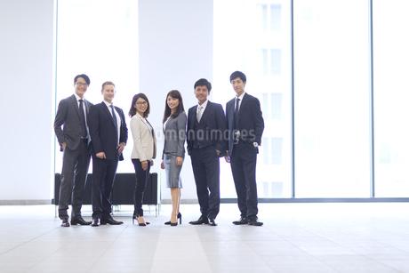 オフィスビルのロビーで立つビジネス男女の写真素材 [FYI02967504]