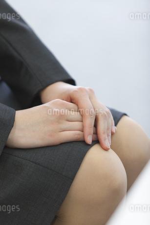 ビジネススーツを着た女性の組んだ手の写真素材 [FYI02967506]