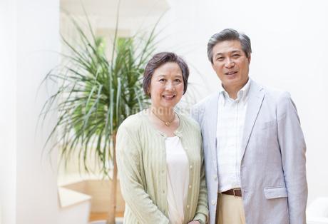 並んで微笑むシニア夫婦の写真素材 [FYI02967507]