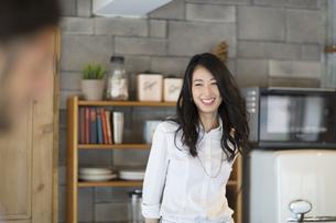 キッチンで微笑む女性の写真素材 [FYI02967509]