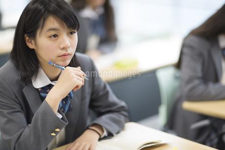 授業を受ける女子高校生の写真素材 [FYI02967511]