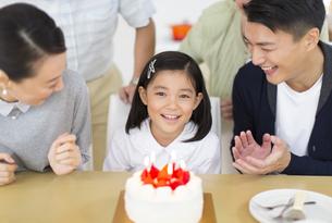 ケーキを前に誕生日のお祝いをする家族の写真素材 [FYI02967513]