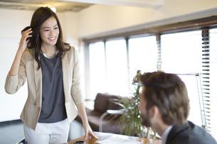 オフィスで打合せをするビジネス女性とビジネス男性の写真素材 [FYI02967518]