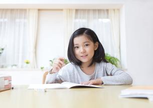 家で勉強をする女の子の写真素材 [FYI02967526]
