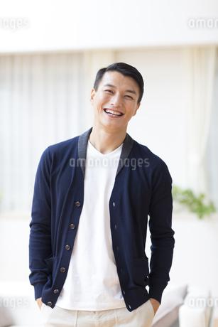ポケットに手を入れて笑う男性の写真素材 [FYI02967536]