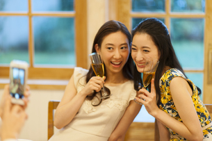 グラスを手に写真を撮る女性達の写真素材 [FYI02967546]
