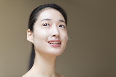 上を見上げる女性の写真素材 [FYI02967547]