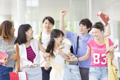 笑いながら歩く学生たちの写真素材 [FYI02967553]