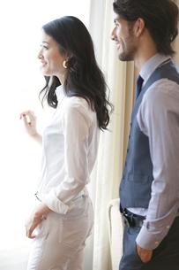 窓際で微笑む男性と女性の横顔の写真素材 [FYI02967563]