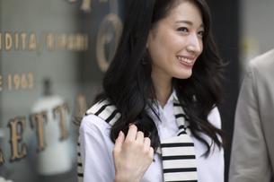 ウィンドウの前で微笑む女性の写真素材 [FYI02967564]