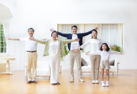 手を拡げる三世代家族の写真素材 [FYI02967565]