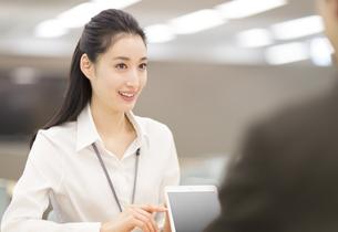 タブレットPCで打合せをするビジネス女性の写真素材 [FYI02967569]