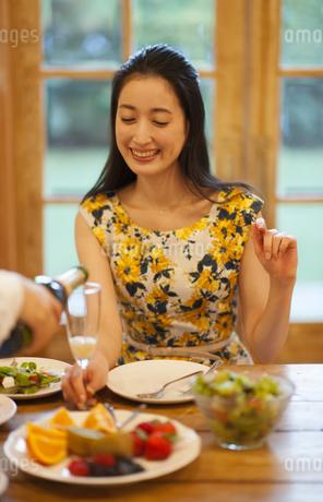 シャンパンを注がれ微笑む女性の写真素材 [FYI02967582]