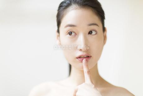 唇に指をあてる女性の写真素材 [FYI02967584]