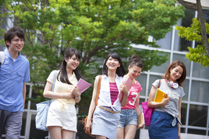 キャンパスを並んで歩く学生たちの写真素材 [FYI02967589]