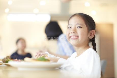 食事中に笑う女の子の写真素材 [FYI02967590]