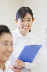 カルテを持って微笑む女性看護師の写真素材 [FYI02967593]