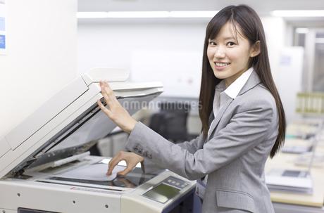 コピーをとるビジネス女性の写真素材 [FYI02967601]