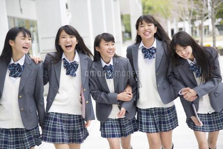 楽しそうに歩く女子高校生たちの写真素材 [FYI02967603]