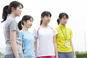 陸上競技場で並んで立っている女子学生たちのポートレートの写真素材 [FYI02967604]