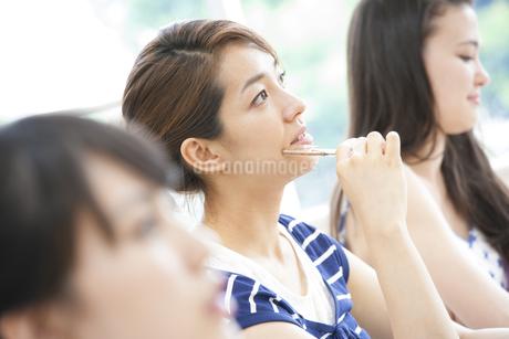 授業を受ける女子学生の写真素材 [FYI02967607]